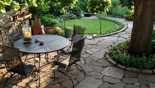 Come scegliere l'arredo giardino:ferro battuto o legno?
