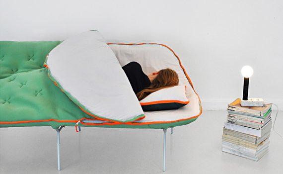 Il divano-sacco a pelo, un letto da campeggio e da salotto